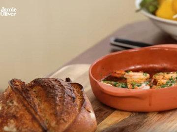 Подавать шипящие креветки с теплым хрустящим хлебом