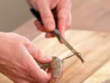 2. Очистить креветки