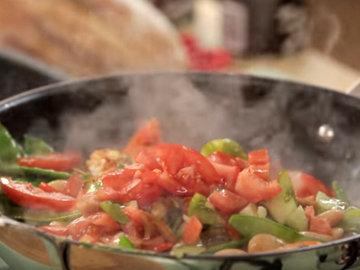 500 г помидоров нарезать кубиками. Положить в сковороду