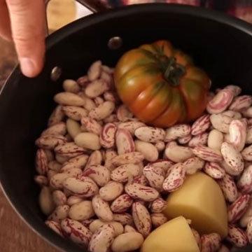 Положить фасоль, 1 картофелину, 1 большой помидор