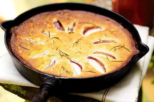 Готовим на огне пирог с персиками