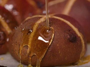 Мастер класс Джейми Оливера Рецепт сдобных булочек Hot Cross. Шаг 15