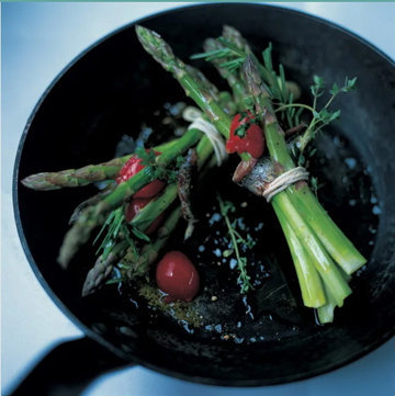 Спаржу легко готовить на сковороде