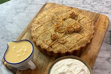 Подать пирог можно с мороженым или взбитыми сливками