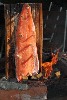 Рыба на гриле, приготовленная на свежем воздухе
