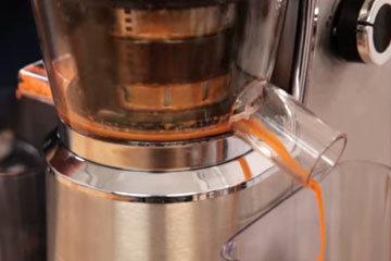 В соковыжмалке отжать сок из моркови