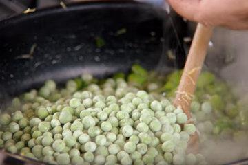 Добавить в сковороду горох и фасоль