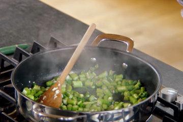 спаржу добавить в сковороду