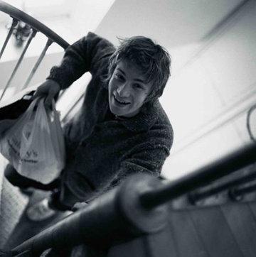 Джейми идет по винтовой лестнице в свою квартиру
