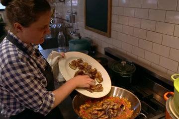 2. Нагреть масло в большой сковороде