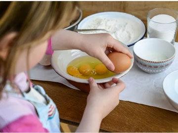 Положить яйца и сахар в миску