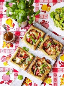 Можно приготовить из слоеного теста овощные тарталетки