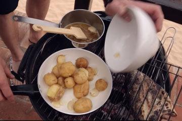 Обжарить картофель с чесноком