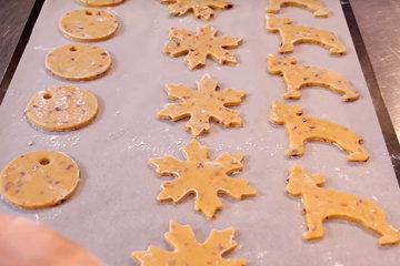 Вырезать формочками на тему зимние мотивы печенье