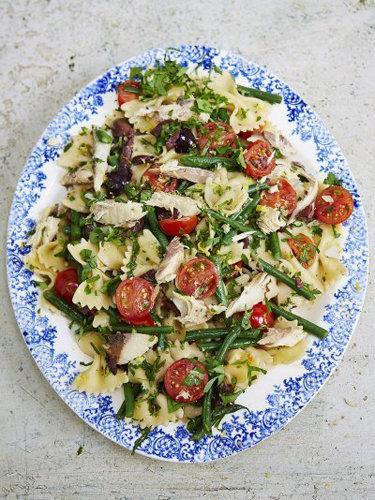 Салат из пасты и скумбрии