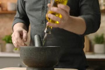 Смешать с оливковым маслом