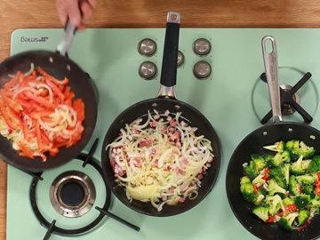 Женнаро готовить все 3 фриттаты одновременно 1