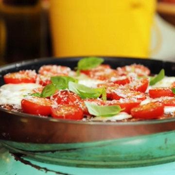 блюдо со спагетти из 4 яиц с помидорами и моцареллой