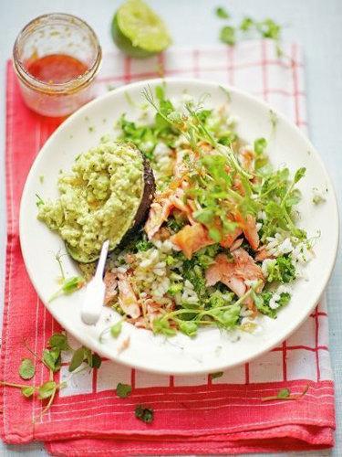 Простой салат-суши с лососем