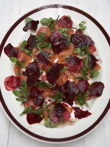 Салат из лосося и свеклы