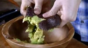 выдавить авокадо в миску