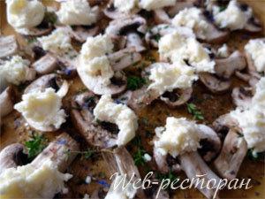 Шампиньоны приправить и выложить сыр