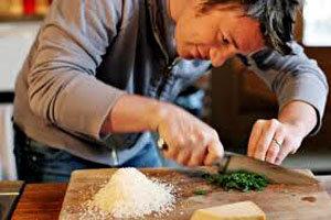 Джейми Оливер готовит
