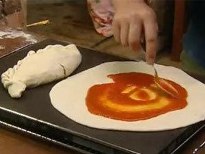 Пиццу маргарита смазать соусом