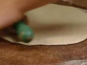 Джейми раскатывает тесто для пиццы
