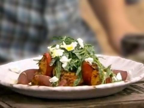 Закуска - салат с вяленой говядиной и жареными персиками