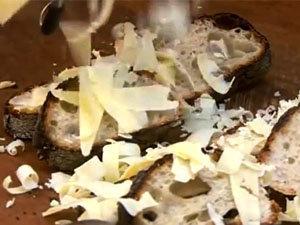 На ломти хлеба натереть сыр