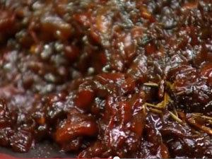 Готовый чатни из красного перца похож на мармелад