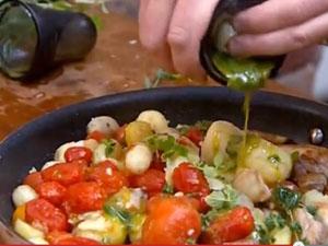 Курицу с картофелем и помидорами полить ароматным маслом