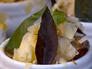Луковый суп с хлебом, сыром и шалфеем готов для запекания под грилем