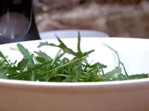 Приготовить салат для подачи