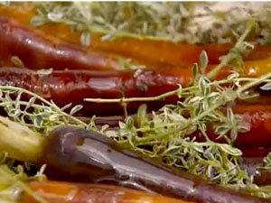 Темная морковь в жаровне