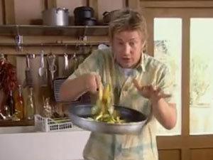 Джейми перемешивает кабачки с грудинкой
