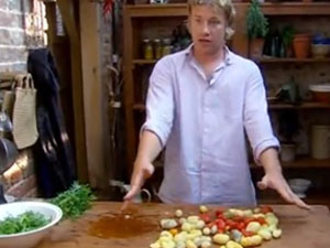 Джейми рассказывает, как готовить курицу с картофелем дальше