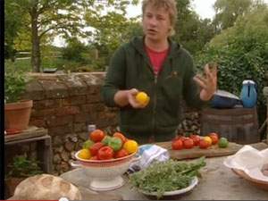 Джейми Оливер готовит запеканку с помидорами и колбасками в духовке