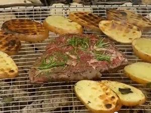 Стейк и картофель на решетке