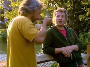 Джейми угощает своего приятеля консоме