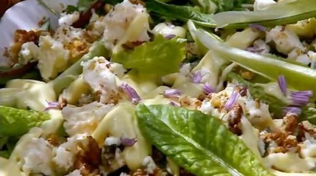 салат из маринованного лука и одуванчиков