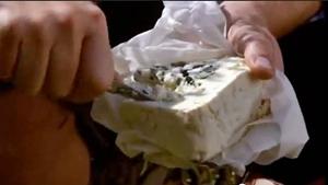покрошить сыр в салат
