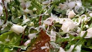 отжать замаринованный лук и выложить его на салат