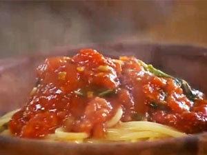 Подача фрикаделек и спагетти с соусом