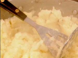 Картофельное пюре готовят толкушкой