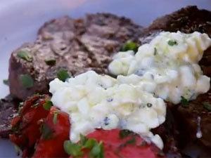 Подача салата со свеклой, стейками и соусом-кремон