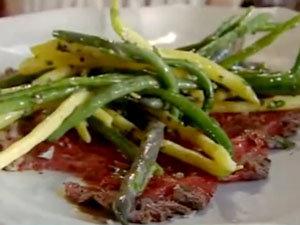 К карпаччо из говядины добавить салат из фасоли