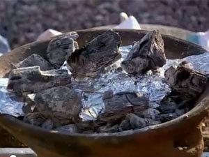 Свекла запекается на гриле с углями