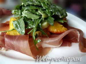 Салат выложить на закуску из ветчины и персиков